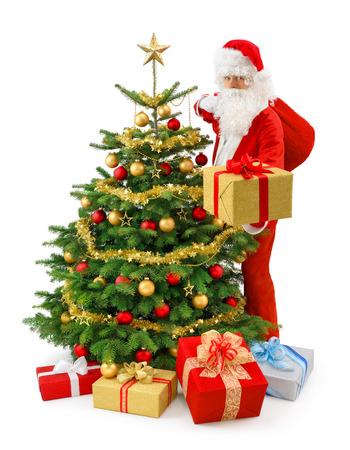 산타 클로스 화려한 크리스마스 트리 옆에 서와 금 선물 상자를 제시