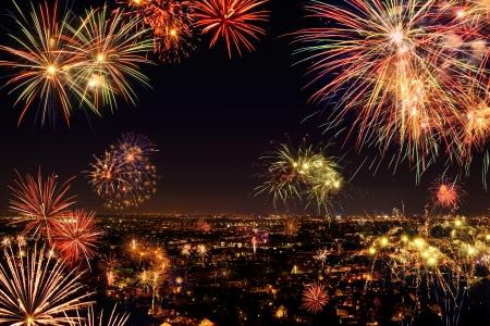 city: Toda la ciudad para celebrar el Año Nuevo o cualquier evento nacional con fantásticos fuegos artificiales multicolores, copyspace en el cielo nocturno