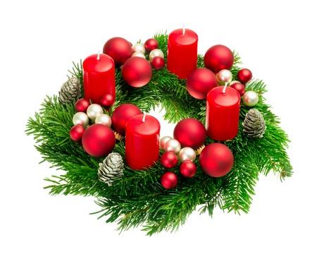 Helles Studio Schuss eine schöne Adventskranz mit Kugeln und vier rote Kerzen, isoliert auf weiß