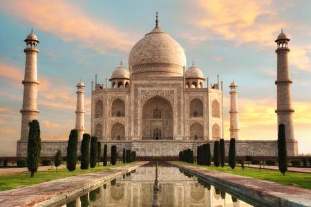 Die prächtige Taj Mahal in Indien zeigt voller Pracht zu einem herrlichen Sonnenaufgang mit pastellfarbenen Himmel