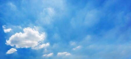 himmel mit wolken: Panorama des blauen Himmels mit ein paar weißen Wolken in der Ecke, ideal als einem hellen Hintergrund
