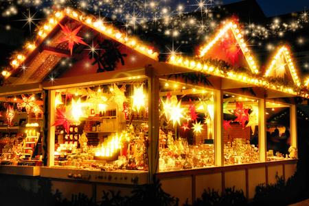 Beleuchtete Weihnachtsmarkt-Kiosk mit vielen leuchtenden Dekoration Ware, keine Logos, mit glitzernden magischen Sterne unten zu regnen