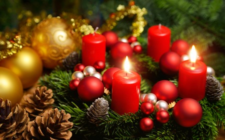 Studio shot of a nice advent wreath with baubles and two burning red candles Archivio Fotografico