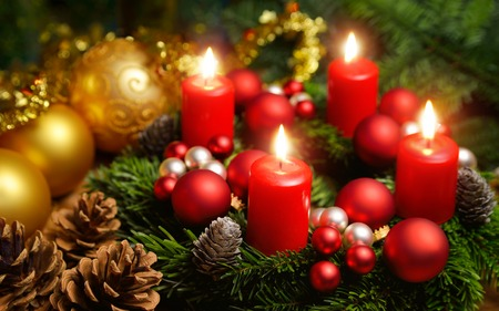 kerze: Studio-Aufnahme von einem schönen Adventskranz mit Kugeln und vier brennende rote Kerzen