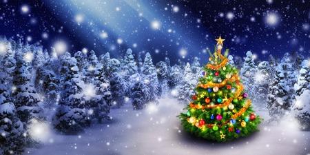 Prachtige kleurrijke kerstboom buiten in een besneeuwde nacht met een straal van magische licht in de lucht, voor de perfecte sfeer van Kerstmis Stockfoto