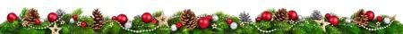 Extra široký Vánoční hranice s jedle poboček, červené a stříbrné ozdoby, šišky a jiné ozdoby, na bílém Reklamní fotografie