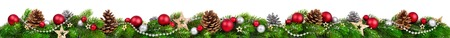 sapin: Extra large bordure de No�l avec des branches de sapin, boules rouges et d'argent, des pommes de pin et d'autres ornements, isol� sur blanc