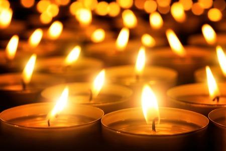 church: Muchas llamas de las velas que brillan en la oscuridad, crean una atmósfera espiritual