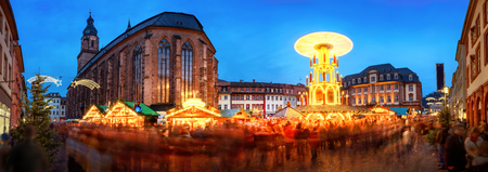 Weihnachtsmarkt in Heidelberg, Deutschland, ein Panorama in der Dämmerung geschossen beleuchtet Kiosken zeigt, historische Architektur und verschwommenes Menschen Standard-Bild - 64461514