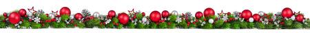 Extra brede Kerstmisgrens met spartakken, rode en zilveren snuisterijen, denneappels en andere ornamenten, die op wit worden geïsoleerd