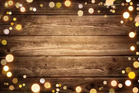 el fondo de madera rústica festivo con la ilustración oscura y enmarcada por las luces de bokeh brillantes, ideales para la Navidad, publicidad o partido