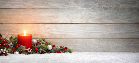 モミの枝および装飾品、コピー スペース パノラマ形式で飾られたクリスマスや雪の上の非常に熱い蝋燭と出現ウッドの背景