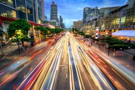 Drukke straat in de stad in de schemering, vol met lichte autolichten; dynamisch blauw uur geschoten met lange blootstelling motion blur effect Stockfoto