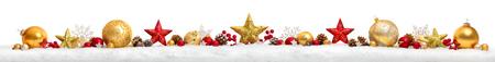 De Kerstmisgrens of de banner met sterren en snuisterijen schikte op een rij op sneeuw, extra breed en geïsoleerd op witte achtergrond