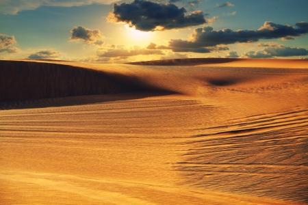 Arabische woestijn tijdens zonsondergang
