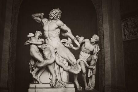 antigua grecia: CIUDAD DEL VATICANO, Vaticano - 07 de octubre 2010 Laocoonte y sus hijos escultura de 7 de octubre de 2010 en los Museos Vaticanos La estatua de showingn el troyano estrangulado por serpientes marinas se atribuye por el autor romano Plinio el Viejo