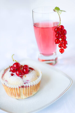 Muffin with red currant and cocktail