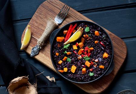 Zwarte rijst paella met pompoen