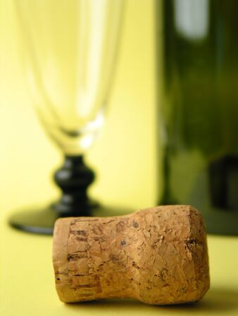 glas: Cork infront of blurry glas and bottle Stock Photo