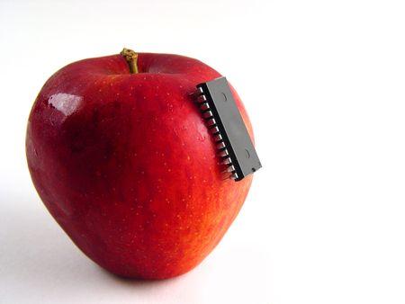 healthful: Rojo manzana con chip adjunta como s�mbolo de la bio-gen�tica manipulaciones