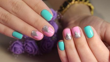 Unghie colorate di disegno del manicure per l'estate Archivio Fotografico - 80714663