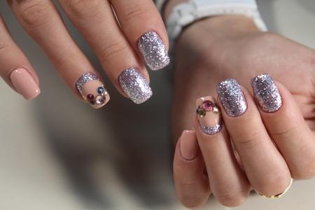 Briljant manicure ontwerp met mooie stenen Stockfoto - 83292433