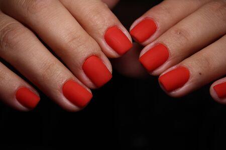 Manicura de uñas de moda en manos hermosas