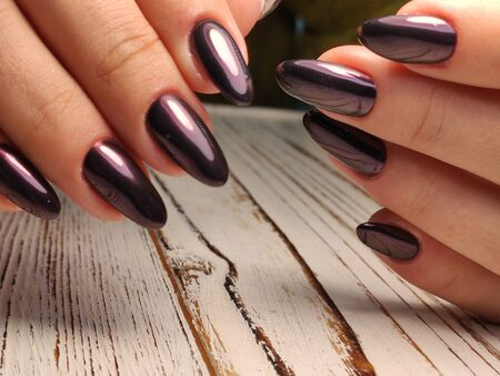 Glamorous luxurious brown crocodile manicure with gold plated women's nails closeup. Zdjęcie Seryjne - 133100896