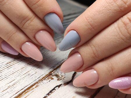 Conception de manucure jeunesse, belles mains féminines
