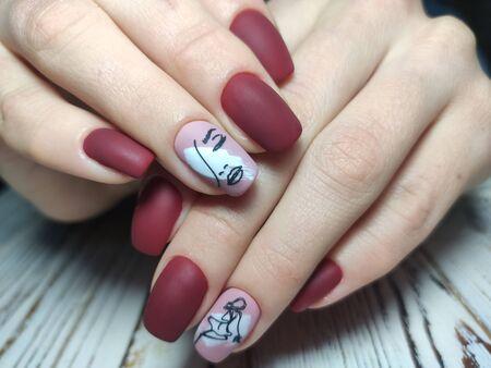 Jugendmaniküre-Design, schöne weibliche Hände