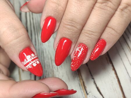 Uñas de mujer hermosa con hermoso estudio de manicura navideña