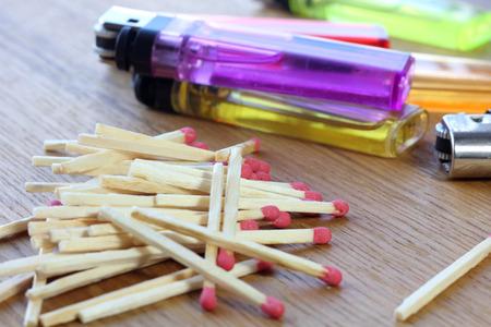 encendedores: Diferentes colores encendedores y cerillas