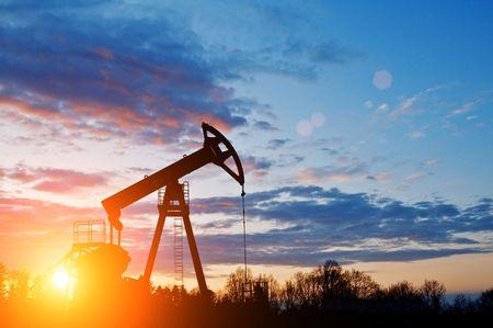 silhouette pompa dell'olio sul cielo al tramonto