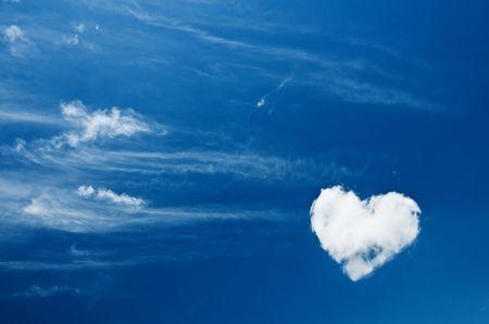 corazón de las nubes en el cielo