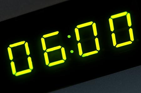 o�??clock: las seis de la ma�ana en la pantalla digital Foto de archivo