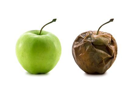 frutas secas: dos manzanas aisladas en blanco