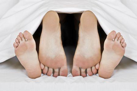 sexo cama: dos pares de patas en la cama