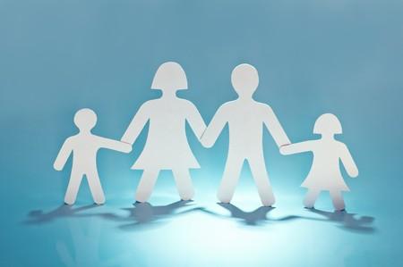 familia unida: familia de papel sobre fondo azul