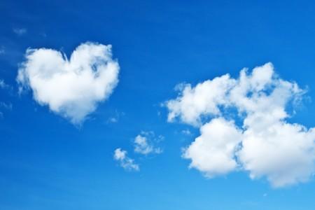 Herzen von Wolke am Himmel