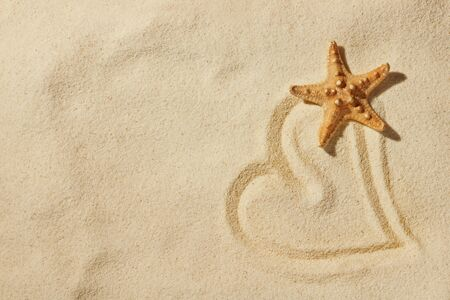Herzen auf Sand am Meer Strand  Standard-Bild