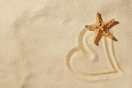 Herzen auf Sand am Meer Strand  Lizenzfreie Bilder