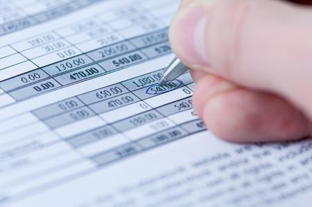 Stift und Finanzdokument closeup