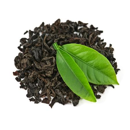Schwarzer Tee mit Blatt isoliert auf weißem Hintergrund