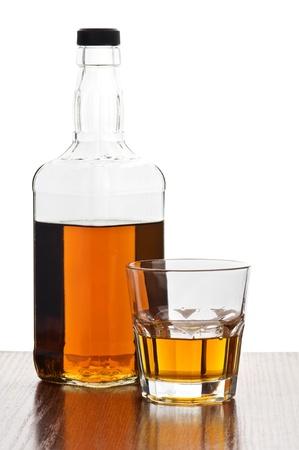 whiskey: whisky fles met geïsoleerd glas Stockfoto