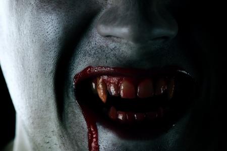 usta wampir z bliska krwi