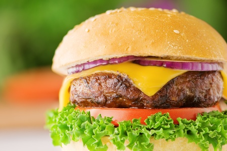 HAMBURGESA: apetitosa hamburguesa con queso y cebolla roja de cerca