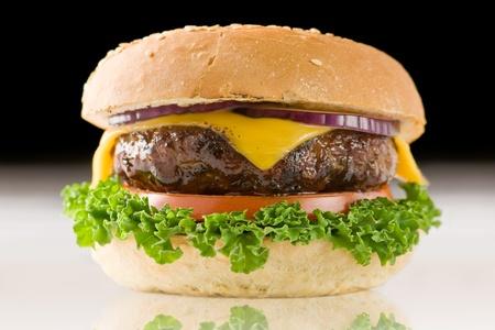 smakelijk cheeseburger met rode ui close-up