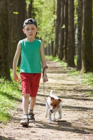 ni�os caminando: ni�o y pasear al perro en el parque
