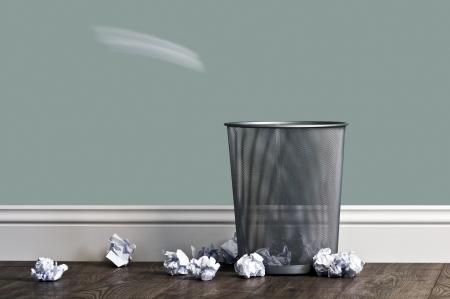 cesto basura: oficina de basura cerca de una cesta de metal