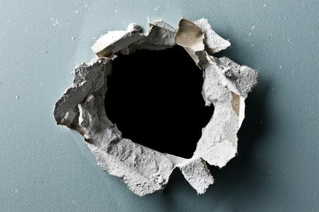 gat in de betonnen muur close-up